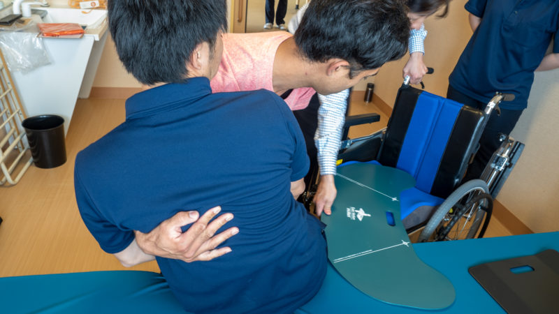 特別養護老人ホームうがた苑で「スライディングボード」を使った移乗の勉強会を行いました。