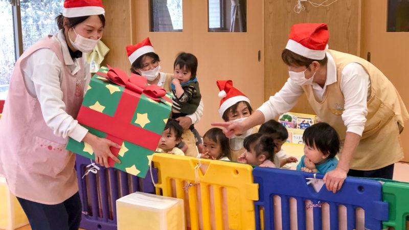 大きなプレゼント箱にワクワク♪グローバルキッズルームうがたでクリスマス会を行いました!