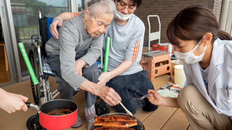 「大好きなうなぎが食べたい!」を実現!うがた苑でお誕生日会を開催しました!